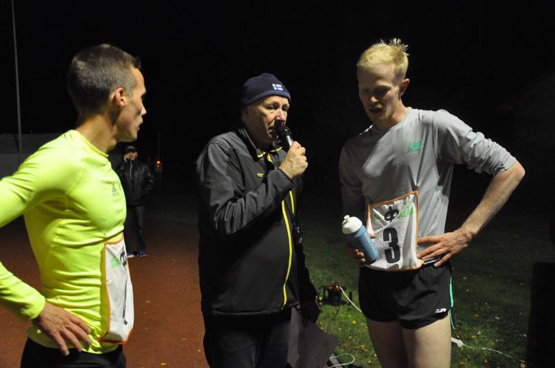 Kuuluttaja Risto Ala-Korpi haastattelee miesten juoksun voittaja Eero Salevaa (oik.) ja toiseksi juossutta Miika Tenhusta.