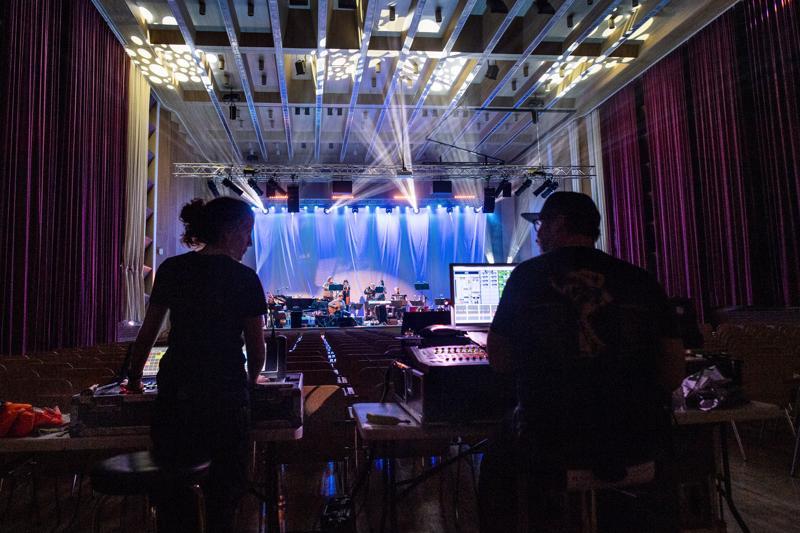 Ääniä ja valoja vahditaan koko konsertin ajan.