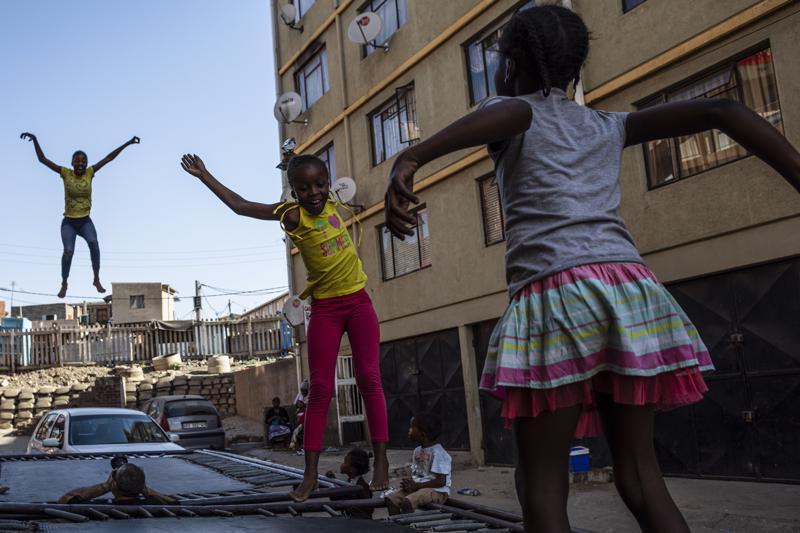Saharan eteläpuoleisen Afrikan syntyvyys on maailman suurinta. Yhden naisen keskimääräinen lapsiluku oli 4,8 vuonna 2017. Lapset leikkivät Etelä-Afrikan Johannesburgissa.