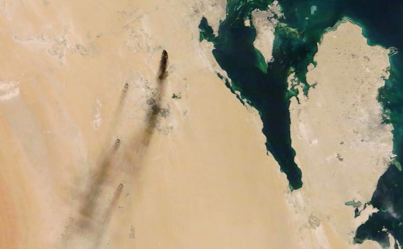 Nasan satelliittikuvassa näkyy, miten savu nousee hyökkäysten kohteeksi joutuneista öljynjalostamoista Saudi-Arabiassa lauantaina.