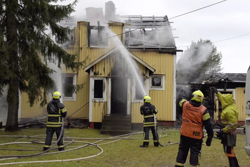 1900-luvun puolivälissä rakennettu omakotitalo vauroitui pahoin maanantaina aamuyöllä syttyneessä tulipalossa Pietarsaaressa.