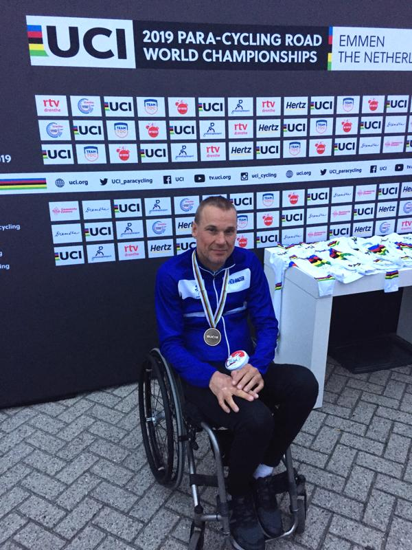 Para-pyöräilyn MM-kilpailujen viimeinen kilpailupäivä Emmenissä, Hollannissa avasi vihdoin Suomen mitalitilin kun Teppo Polvi taisteli MM-pronssille MH1-luokan maantieajossa.