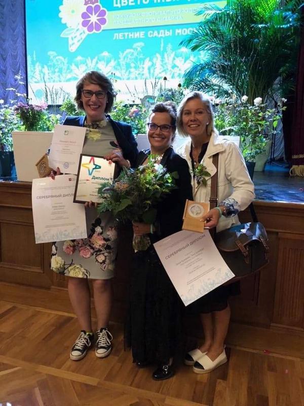 Kuvassa palkintotilaisuudessa paikalla olleet vas. Heidi Hannus, Tanja Nieminen ja Tiina Holmberg.