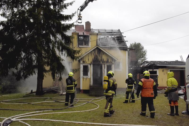 Aamuisen tulipalon sammutustöiden vedenkulutus oli niin mittavaa, että alueen käyttövesi värjäytyi irronneesta putkisakasta.
