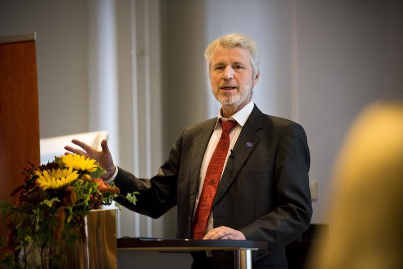 Tulevaisuudentutkija Risto Linturi kehotti etsimään uusia materiaaleja esimerkiksi teräksen tilalle.
