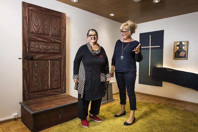 Leena Harjunpää ja Eija Jukkola sisustivat huoneen varmalla ja taiteellisella otteella.
