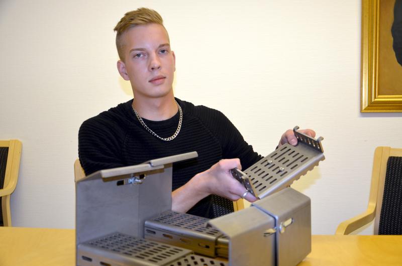 Yrittäjä Jaakko Silllanpää esittelemässä yrityksensä pellettipolttimen keskiritilää, joka on yksi alkuperäiseen poltinideaan tehdyistä parannuksista.