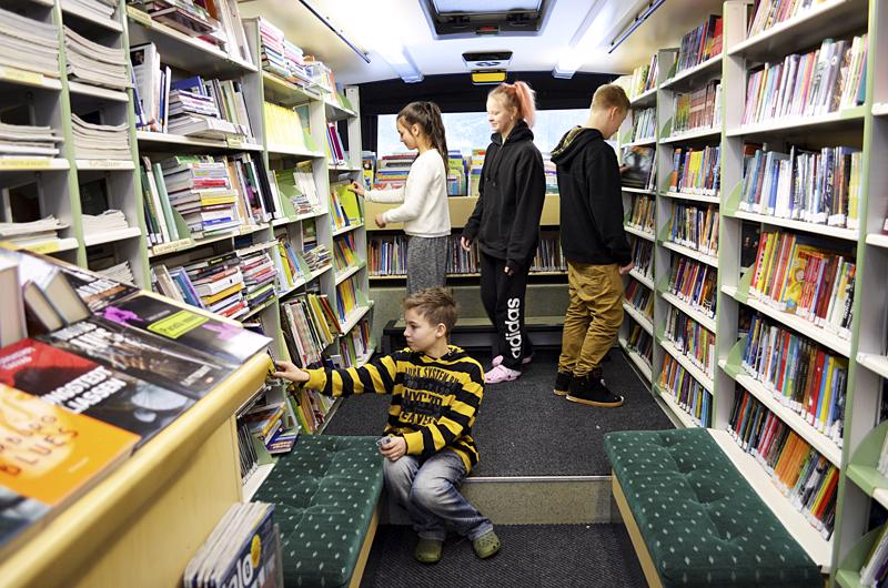 Kirjastoauton toiminta on todennäköisesti loppumassa osana Haapaveden kaupungin talouden tasapainottamista. Kirjoittaja kiittää autoa, jossa on pikkupojan kanssa aloittanut matkan kirjaimien kiehtovaan maailmaan. Arkistokuva vuodelta 2016.