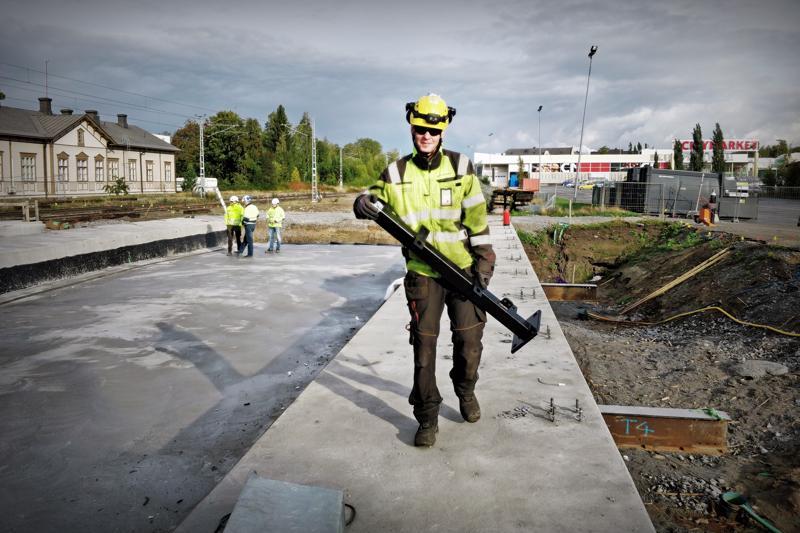 Matias Rantala Kaljoen Teräs Oy:stä viemässä tolppaa sillankannen kaiteeseen.