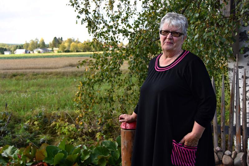 Rauni Karsi palasi viisi vuotta sitten Haapavedelle, kun Haavistonkujalta vapautui rivitaloasunto, jossa hän oli asunut aiemminkin. Sen pihalta aukeaa avara peltomaisema.