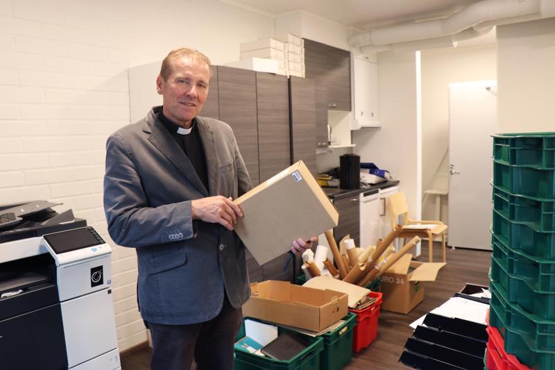 Halsuan seurakunnan virasto muutettiin viime viikolla vanhasta pappilasta seurakuntatalolle. Kuvassa kirkkoherra Juha Karhulahti muuttolaatikoiden ympäröimänä.
