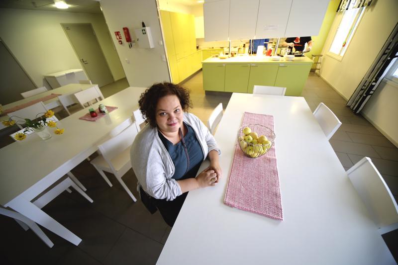 Puron tilavassa keittiössä tehdään yhdessä ruokaa ja kokoonnutaan aamuisin kokoukseen. Reija Palolan mukaan yhteisö on tärkeä osa asiakkaiden kuntoutumista.