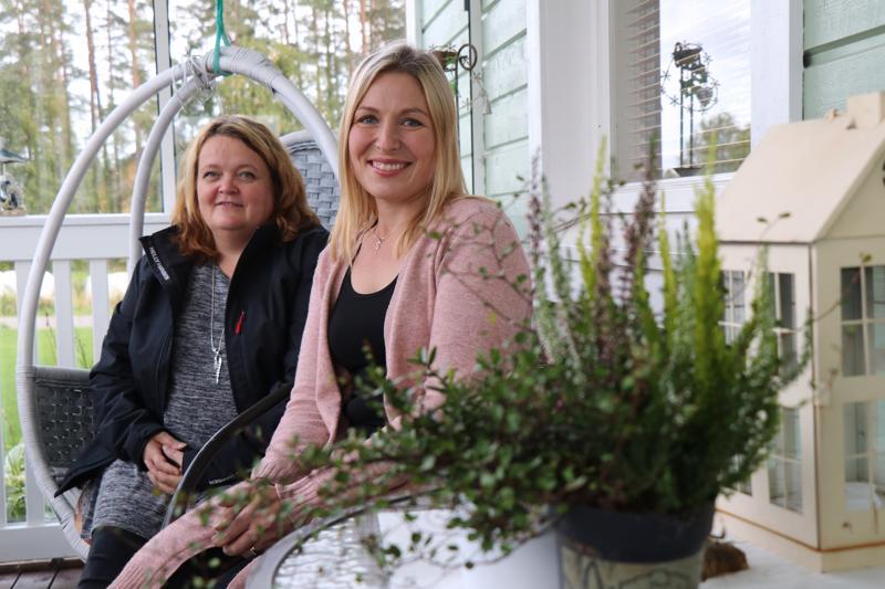 Perhon yrittäjien puheenjohtaja Terhi Möttönen ja sihteeri Sari Varila muistuttavat yrittäjien keskinäisen kanssakäymisen merkityksestä.