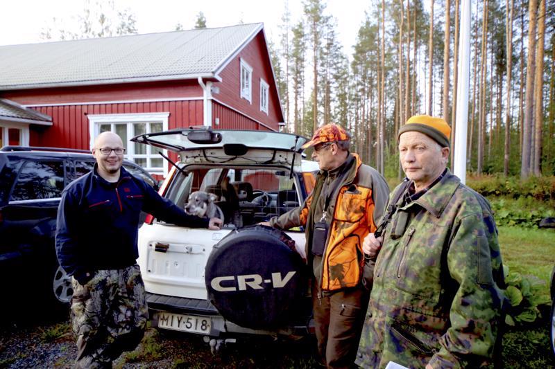 Ville Kytölä Perhosta lähdössä maastoon Minervaa haukuttamaan. Maasto-oppaana toimi halsualainen Jukka Sillanpää ja tuomarina Esko Kungas Itäkylästä.