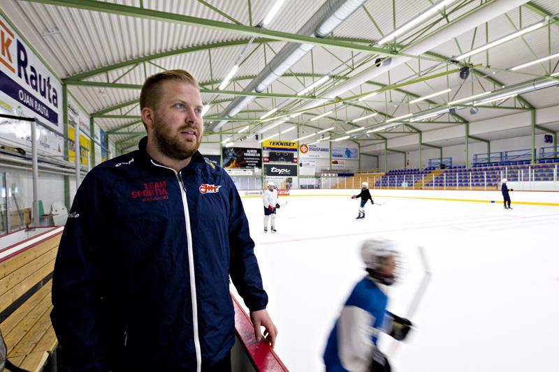 Valmentaja Ville Kautiainen ihasteli maalivahti Joonas Tiippanan kylmäpäisyyttä, kun maalivahti laukoi kiekon tyhjään Pyry-maaliin.