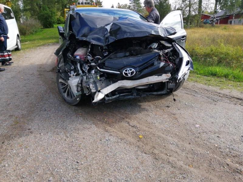 Henkilöauton keula romuttui törmäyksessä Toholammilla.