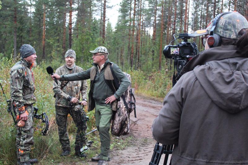 Alkujuontoa purkitetaan. Vasemmalta Pentti Leiviskä ja Timo Levä. Olli Kangas haastattelee ja Tanja Heikkonen kuvaa.