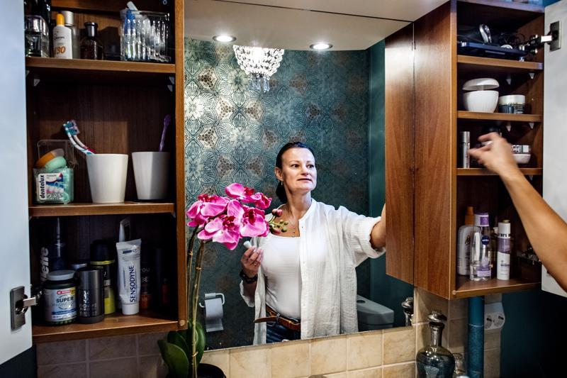 Ammattijärjestäjä Krista Kinnusen mukaan ihmiset tietävät usein, että heillä on liikaa tavaraa, mutta monikaan ei tiedä, mistä järjestely kannattaisi aloittaa. Raivaamisen voi oikeastaan aloittaa mistä vain, vaikkapa vessankaapista.