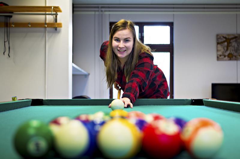 Nuoriso-ohjaaja Iida Litmasen työnkuvaan kuuluu toisinaan myös biljardinpeluu nuorten haastaessa hänet peliin.