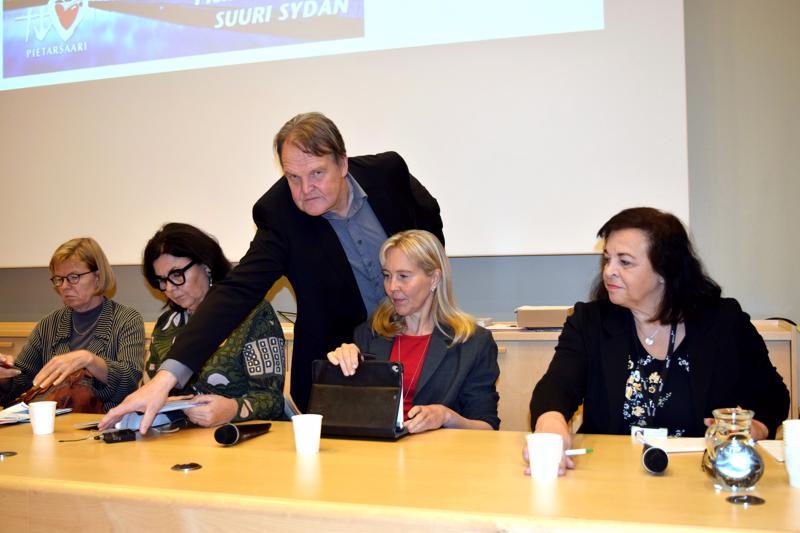 Hannu Sulkakoski,  Sirkku Purontaus,  Hannele Teir, Sari Lehto  ja  Ann-May Pitkäkangas kertoivat torstaina Pietarsaaren ja Kokkolan seudun opiskelumahdollisuuksista.