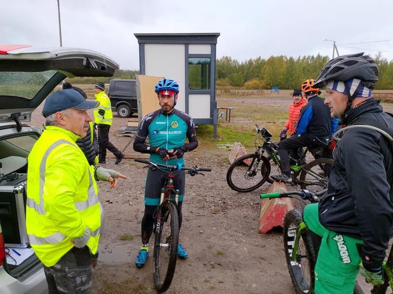 Alpo Vuorenmaa, Kim Harlamow ja Marko Saarikoski kertasivat kisan tapahtumia maalialueella.