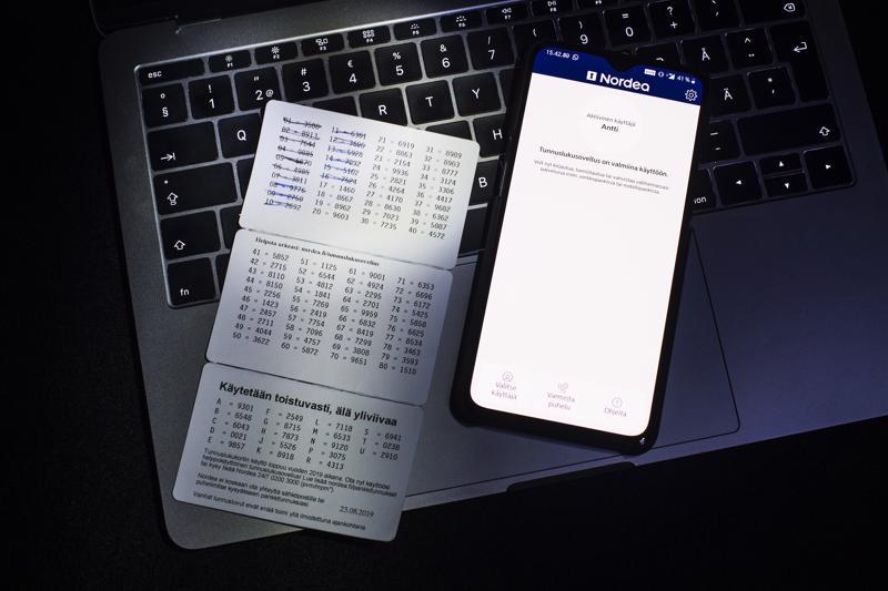 Pahviset tunnuslukukortit jäävät historiaan Nordealla. Tilalle tulee kännykkään ladattava tunnistusohjelma tai taskulaskimen kokoinen tunnuslukulaite.
