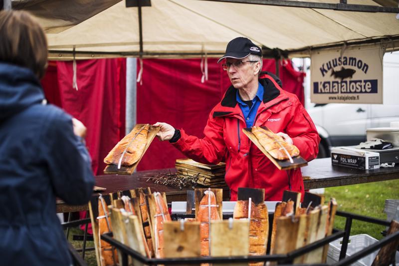 Kuusamolainen kalastaja Arto Määttä valmisti loimulohta Kokkolan kalamarkkinoilla.