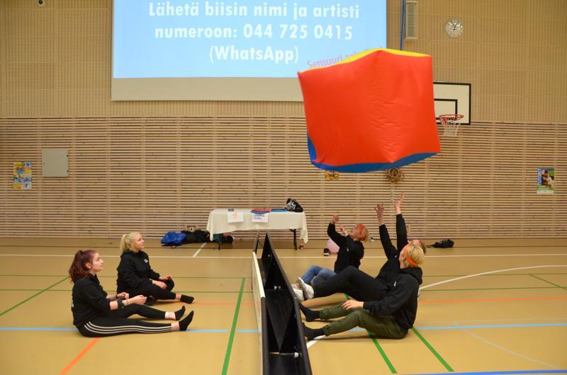 Liikuntatutorit Iina Sulonen, Heidi Mäkelä, Konsta Harju, Elias Kämäräinen ja Tuukka Karjula pelaamassa istumalentopalloa.