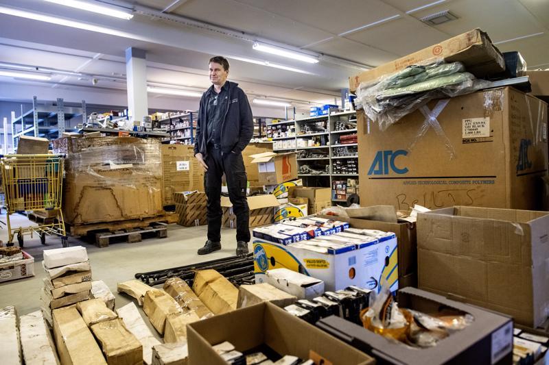 Vanhan päivittäistavarakaupan tila Alavieskassa on tätä nykyä täynnä varaosia. Tulevaisuudessa kaikki jenkkiosat on tarkoitus keskittää samaan tilaan, kertoo yrittäjä Juha Marjakangas.