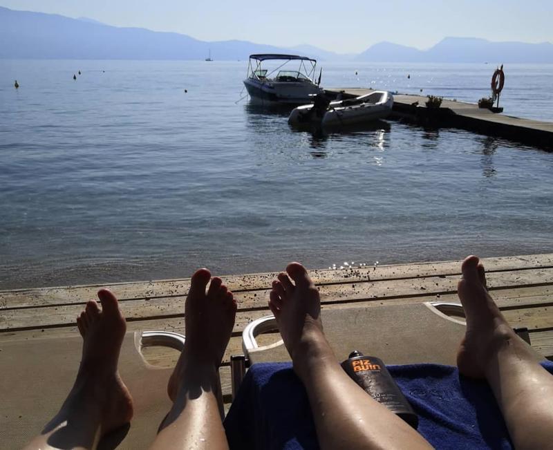 Tjäreborgin emoyhtiö Thomas Cookin konkurssi viivyttää kokkolalaisten Satu Kankaan ja Tuuli Yli-Hukan kotiinpaluuta Kreikasta. Nyt ei auta muu kuin odotella rannalla lisätietoja korvaavasta paluulennosta.