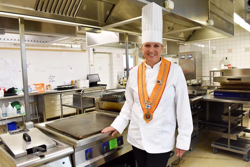 Lotta Hirvanen haluaa kehittää Jedun opetusravintola Opinpuuta entistä laadukkaammaksi. Syksyn mittaan siellä ryhdytään kokeilemaan iltatilaisuuksia, ja ensi vuodelle ravintolaan on tarkoitus hankkia myös anniskeluoikeudet.