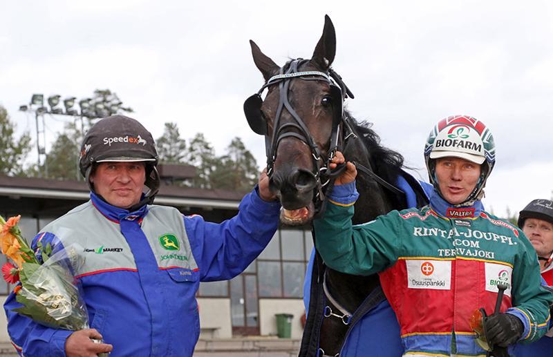 Petri Klemolan valmentama ja Hannu Hietanen ohjastama Smart Leader oli omaa luokkaansa Jyväskylän Killerille ajetussa 2140 metrin ryhmäajossa.