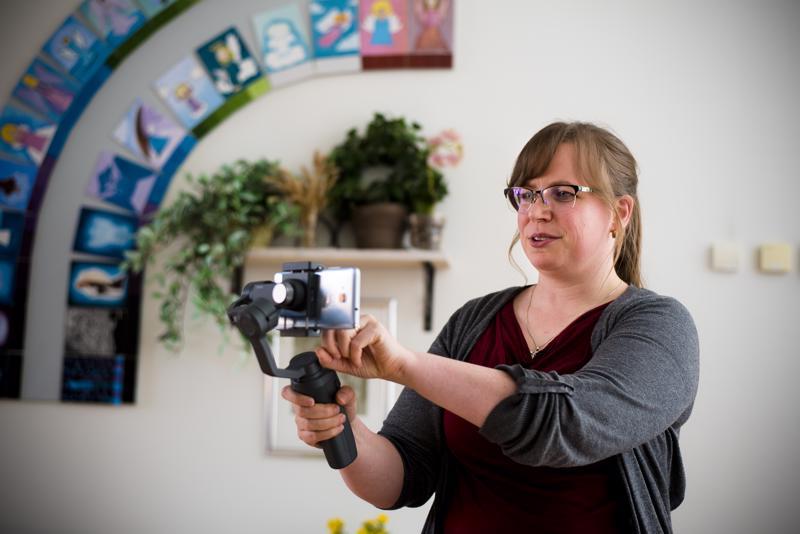 Video työn alla. Hannamari Kumpusalo toivoo, että mahdollisimman moni seurakuntalainen ja seurakunnan työntekijä osallistuisi videoiden tekemiseen ideoillaan.