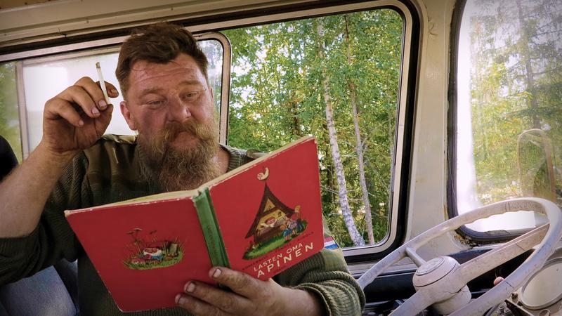 Mika Siirilä näkee sanat käsittämättöminä kirjainpötköinä. Tästä huolimatta hän valmistui maalariksi ja perusti oman romuliikkeen.