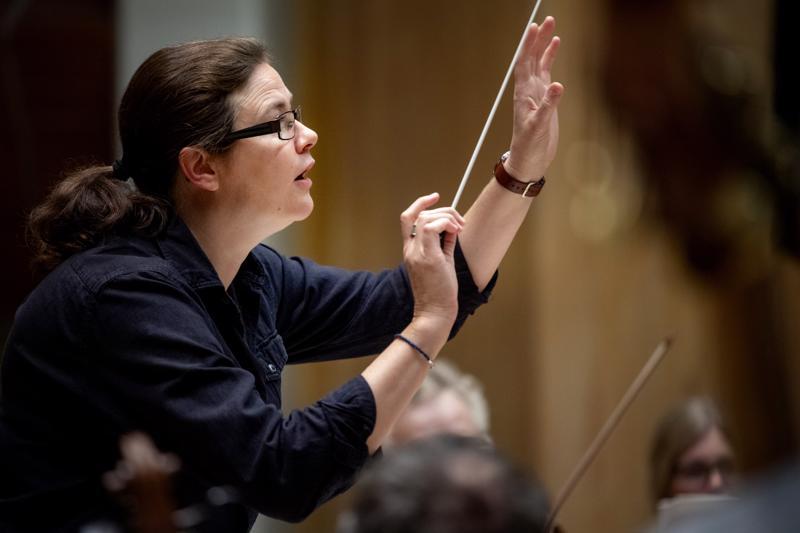 Anna-Maria Helsing johti Keski-Pohajnmaan Kamariorkesteria myös viime syksynä.