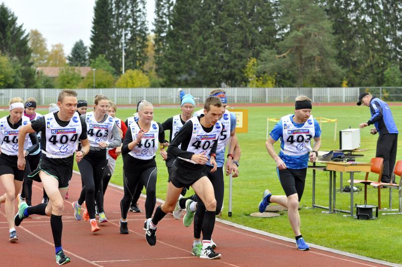 Jaakko Piesanen (numero 404) ja Miika Tenhunen (402) pinkaisivat omaan vauhtiinsa heti kympin startista. Numerolla 403 juokseva Erkki Vähäsöyrinki täydensi Nivalan Urheilijoiden menestyksen juoksemalla kolmanneksi.