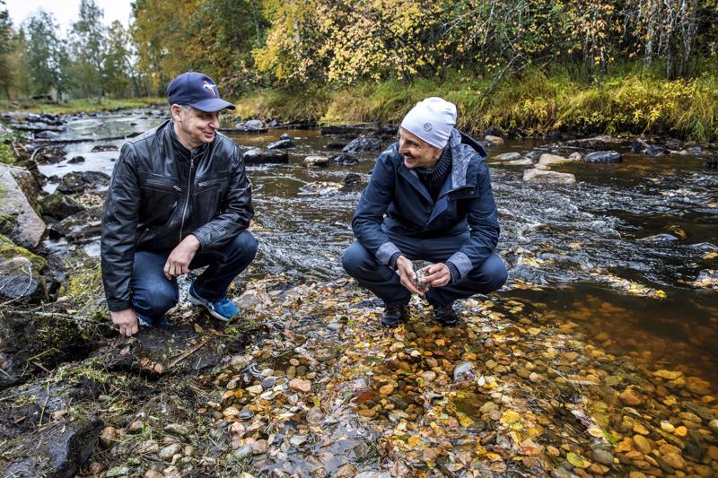Mika Hautamäki (vas.) ja Tarmo Mård Ullavan kalastusseurasta.