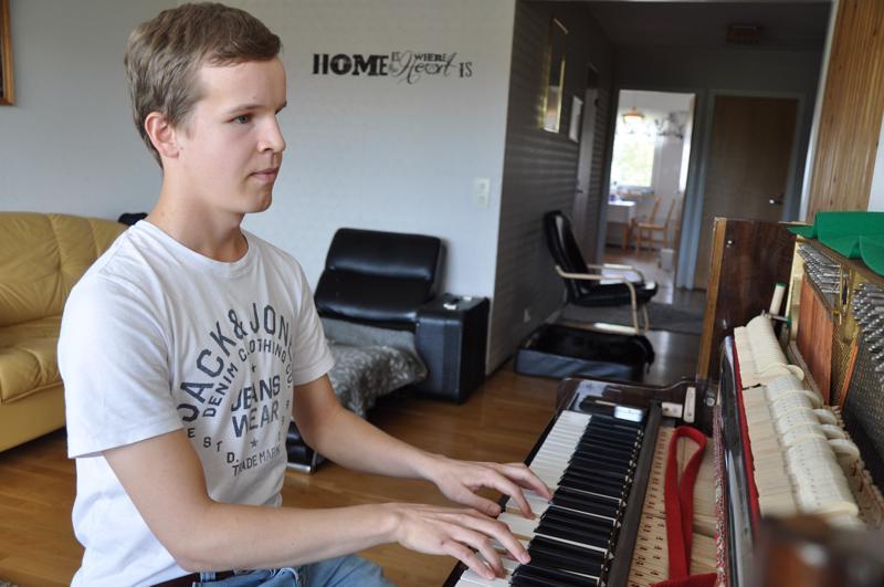 Joona Syri on juuri saanut viritettyä oman pianonsa soittokuntoon ja soitto sujuu hyvin.