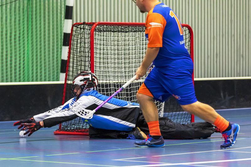 Henri Saarela poimi debyyttimaalivahtina Tempo-ottelussa 29 palloa vastustajan 18 vastaan. Tapio Keltti varmistamassa tilannetta.