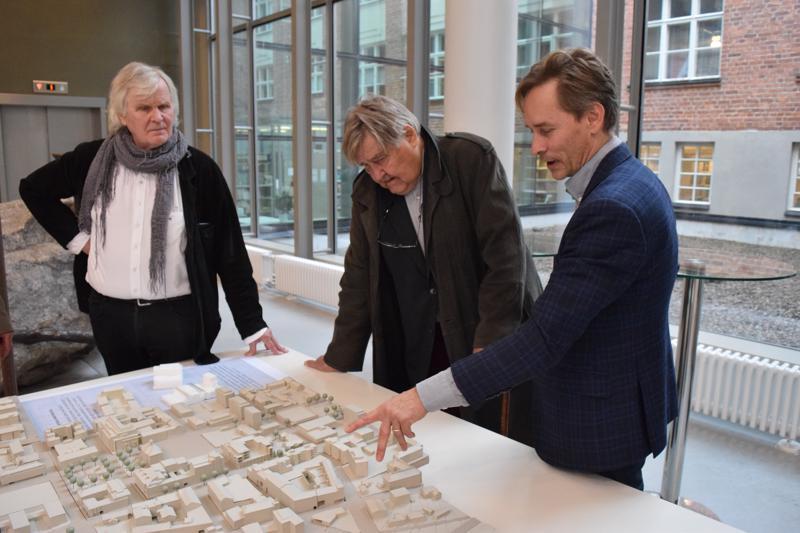 Roger Wingren, Pentti Murole ja Jani Päivänen Pietarsaaren pianoismallin äärellä. Mahtuisiko kauppahalli johonkin rakoon?