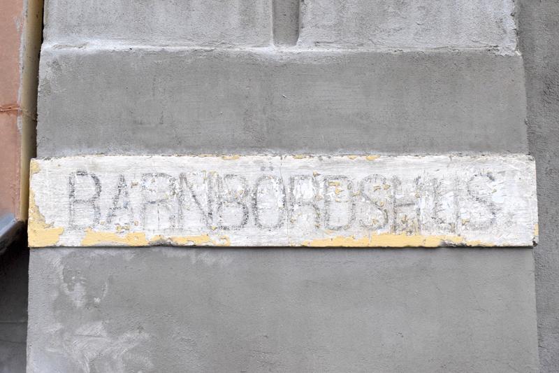 Alkuperäinen nimikyltti paljastui vanhan rappauksen alta.