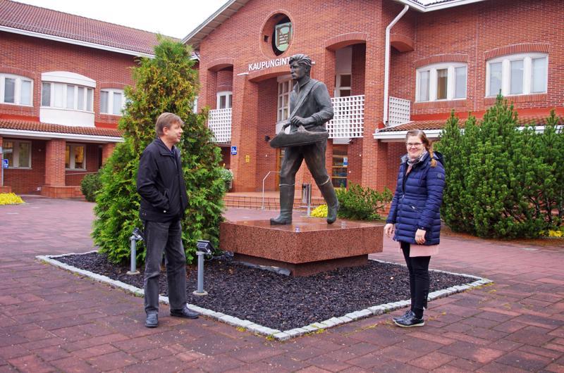 Agroteknon projektijohtaja Jari Vierimaa ja hankkeen suunnittelija Essi Saarinen Nivalan kaupungintalon Kylväjä-patsaan edessä.