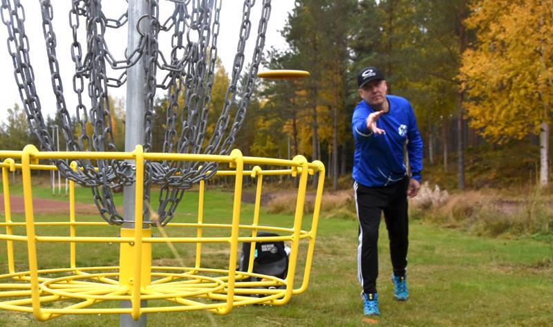 Kaustisen frisbeegolfradan ratamestari Pasi Leskinen luonnehtii rataa tekniseksi ja haastavaksi.
