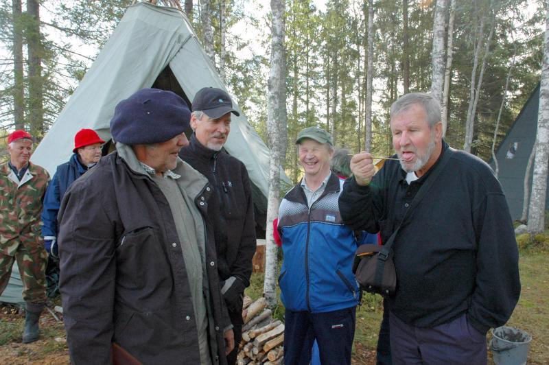 Haapaveden Veteraaniopettajat olivat paneutuneet tervanpolttoon Pöhlölässä. Lopputuotteen aitoutta varmisteli maistamalla Kari Laitila.