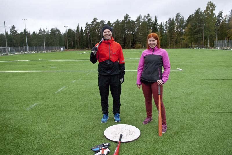 Kokkolan Kirin Jari Rintala ja Henna Anttiroiko ovat innoissaan, että Santahaan pesäpallokentälle saadaan vihdoin tekonurmi. Lajin pariin houkutellaan nyt junioreita pesiskerhon avulla.