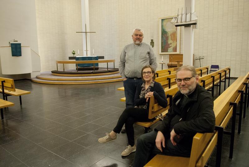 Per Stenberg (vas.), Helinä Marjamaa ja Jouni Sirviö toivovat kaupunkilaisilta ehdotuksia kirkon käytölle.