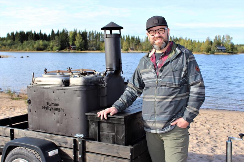 Kokkolalainen yksinyrittäjä Tommi Myllykangas nauttii erityisen paljon ruoan valmistamisesta luonnon keskellä.