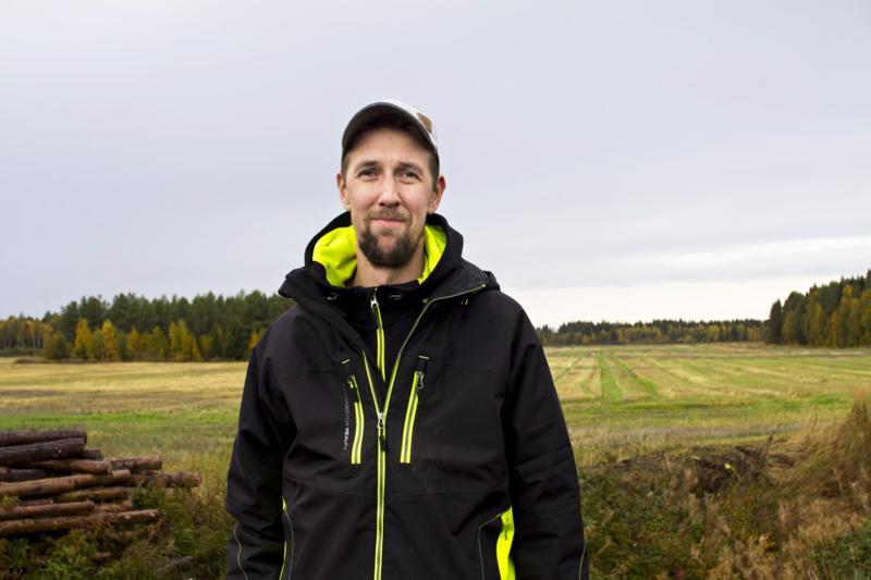 Sikatilallinen Lauri Juola pitää työstään, vaikka vuositasolla yli kymmentuhatpäiseksi muodostuvasta sikamäärästä vastaaminen onkin työlästä ja sitovaa hommaa. Juolan taustalla näkyy pelto, jolla hän kasvattaa rehua sioilleen.