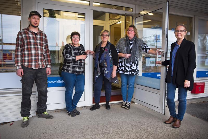 Marraskuussa avattavan Nivala-Puodin ovella vasemmalta Nivalan Työpajasäätiön puutyöpajaohjaaja Toni Ruostetsaari, käsi- ja taidepajaohjaaja Päivi Ollila, Hanna Järviluoma, Aili Lähdemäki ja Riitta Kaskela.