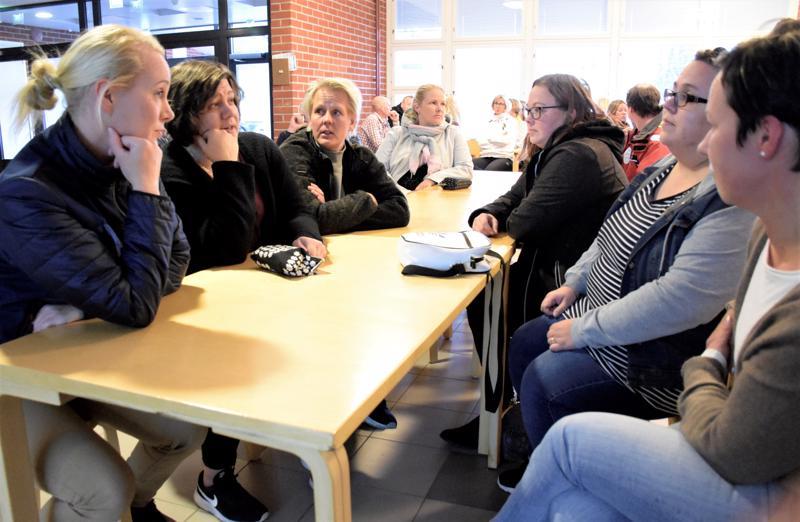 Oppilaiden vanhemmista Kati Sandberg (oik.) oli turhautunut jatkuvasti toistuviin kouluverkon mylläyksiin. Asiaa pohtimassa myös Kirsi Korkeamäki, Anu Koskela, Sari Meriluoto, Camilla Kautiainen ja Anne Mensakov.